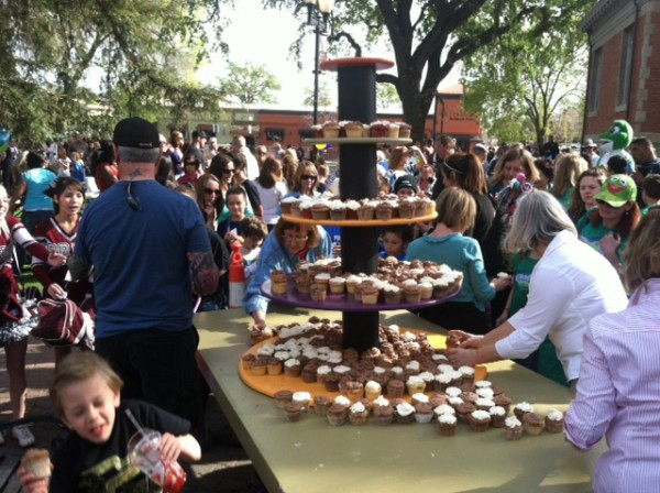 Crowds of Paso Roblans enjoy cupcakes served at the 125th Anniversary celebration.