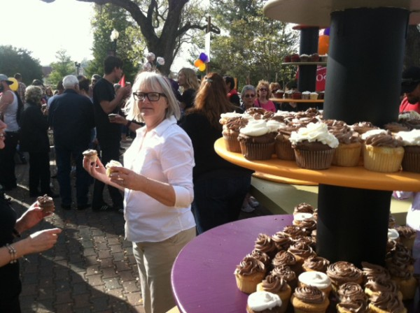 1,000 cupcakes were provided by the Paso Robles Culinary Academy.